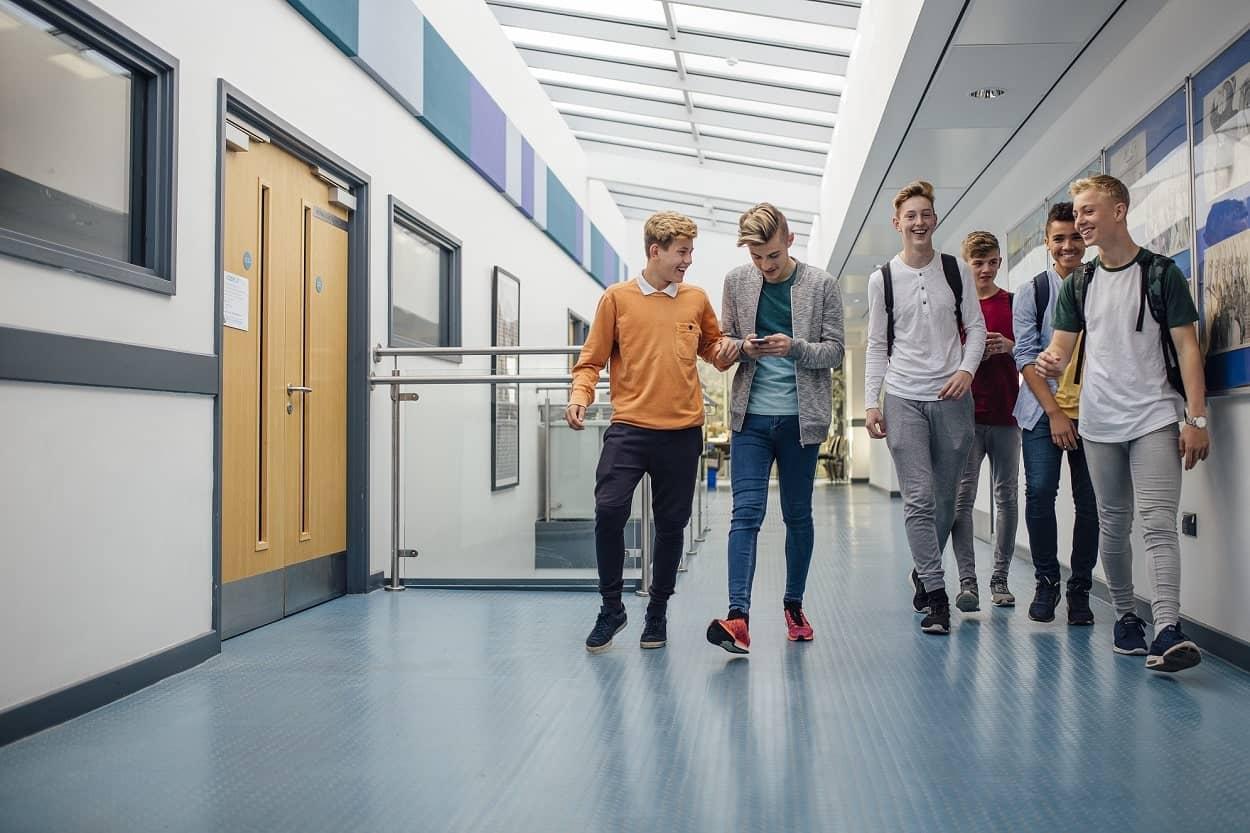 Leerlingen in de gangen van een school.