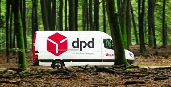 DPD bus rijdend door een bos